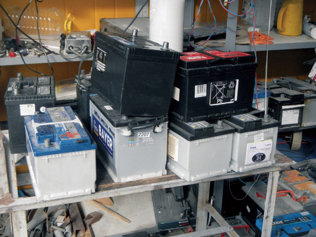 Dva uređaja što za olovne baterije