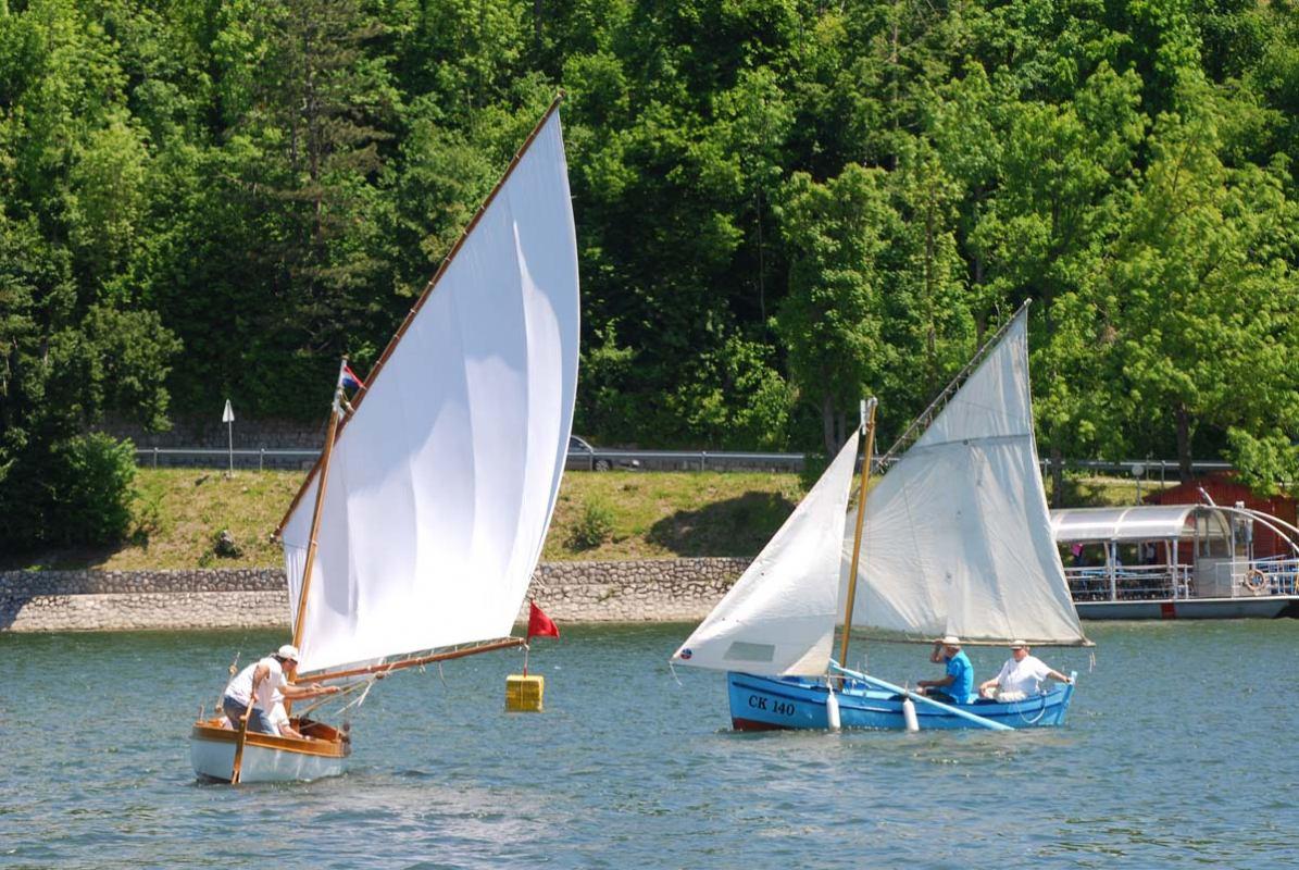 Male barke na malom jezeru