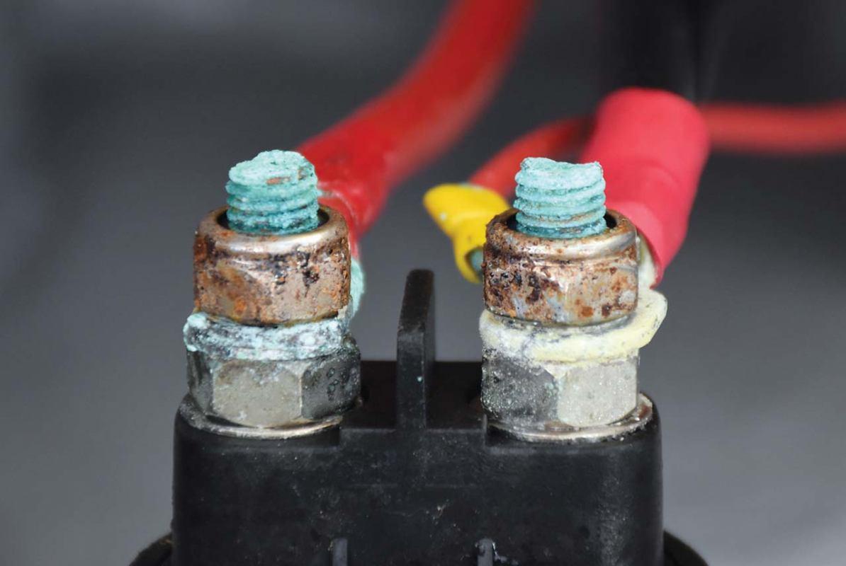 Dva akumulatora i preklopnik