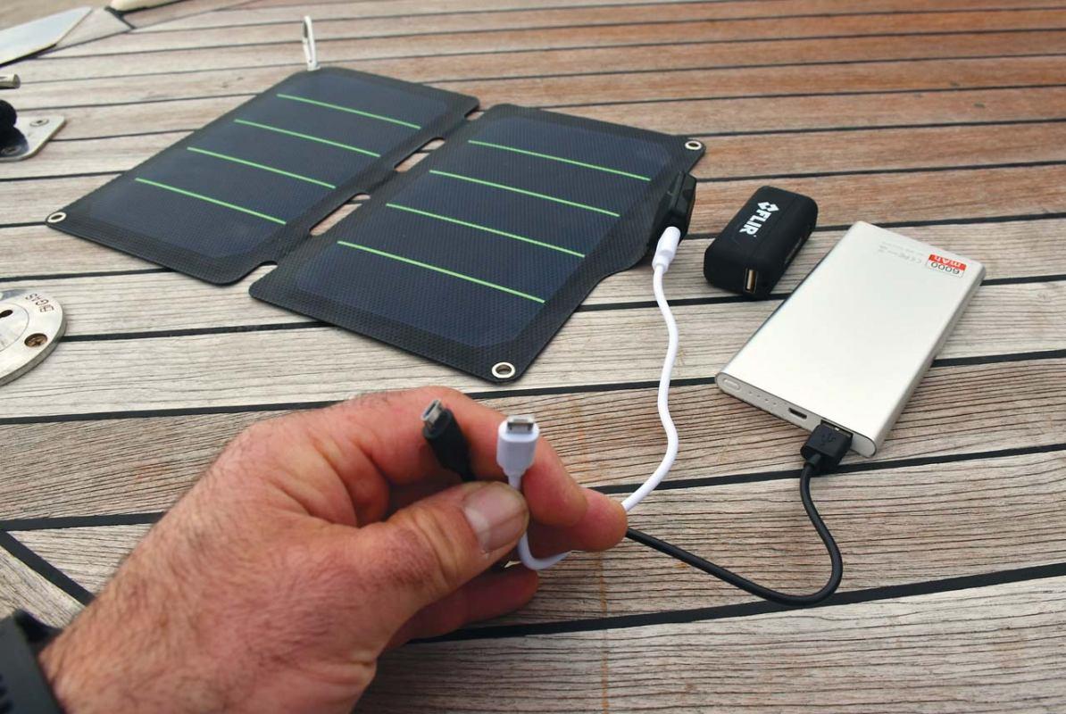 Punjenje mobitela putem prijenosnog solarnog panela