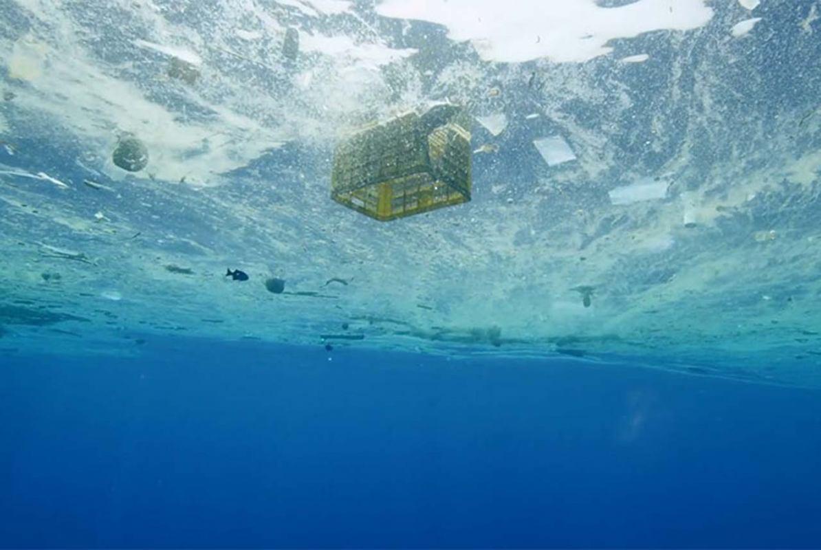Crveni karton za plastiku u moru