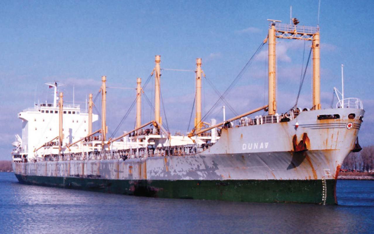 """Jugolinijin brod """"Dunav"""" u vrtlogu tajfuna"""