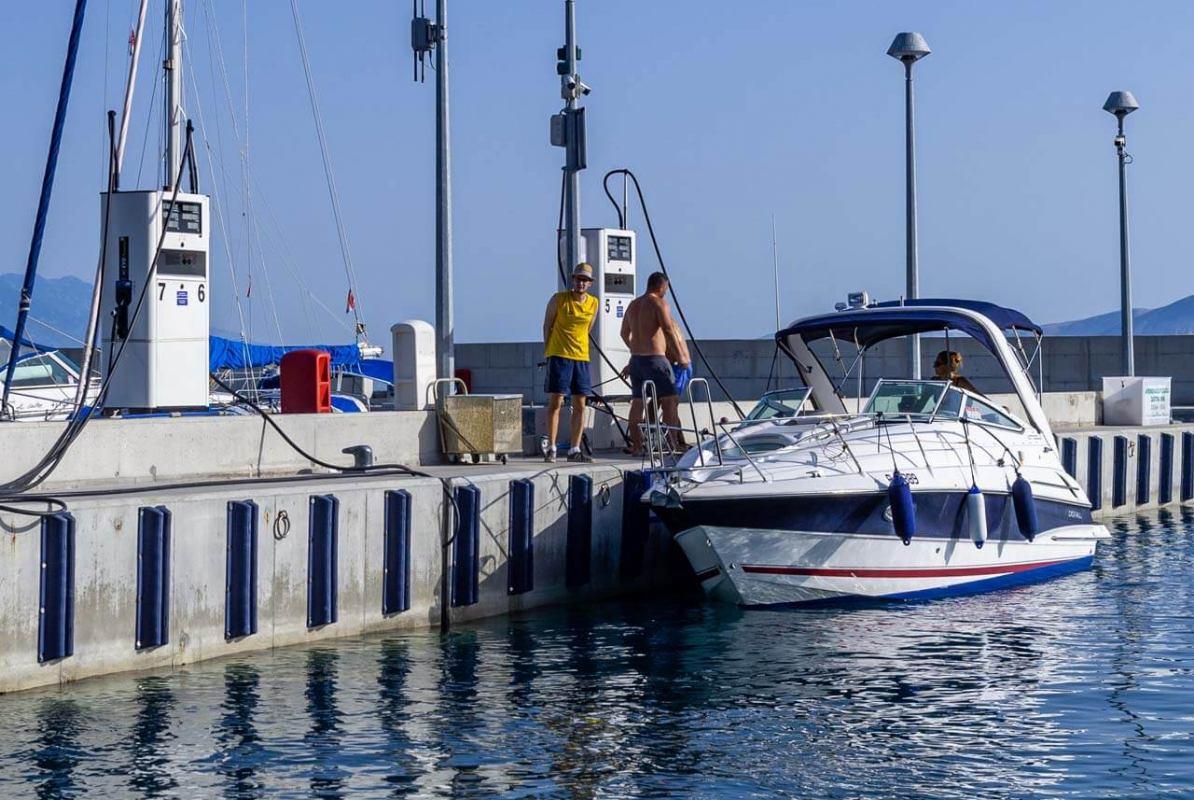 Trebate li gorivo svratite u Mitan Marinu u Novi Vinodolski i natočite na njihovoj Tifonovoj pumpi