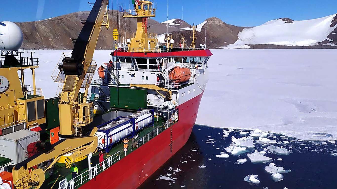 Ledolomac se pramcem uzdigne na led i lomi ga svojom težinom