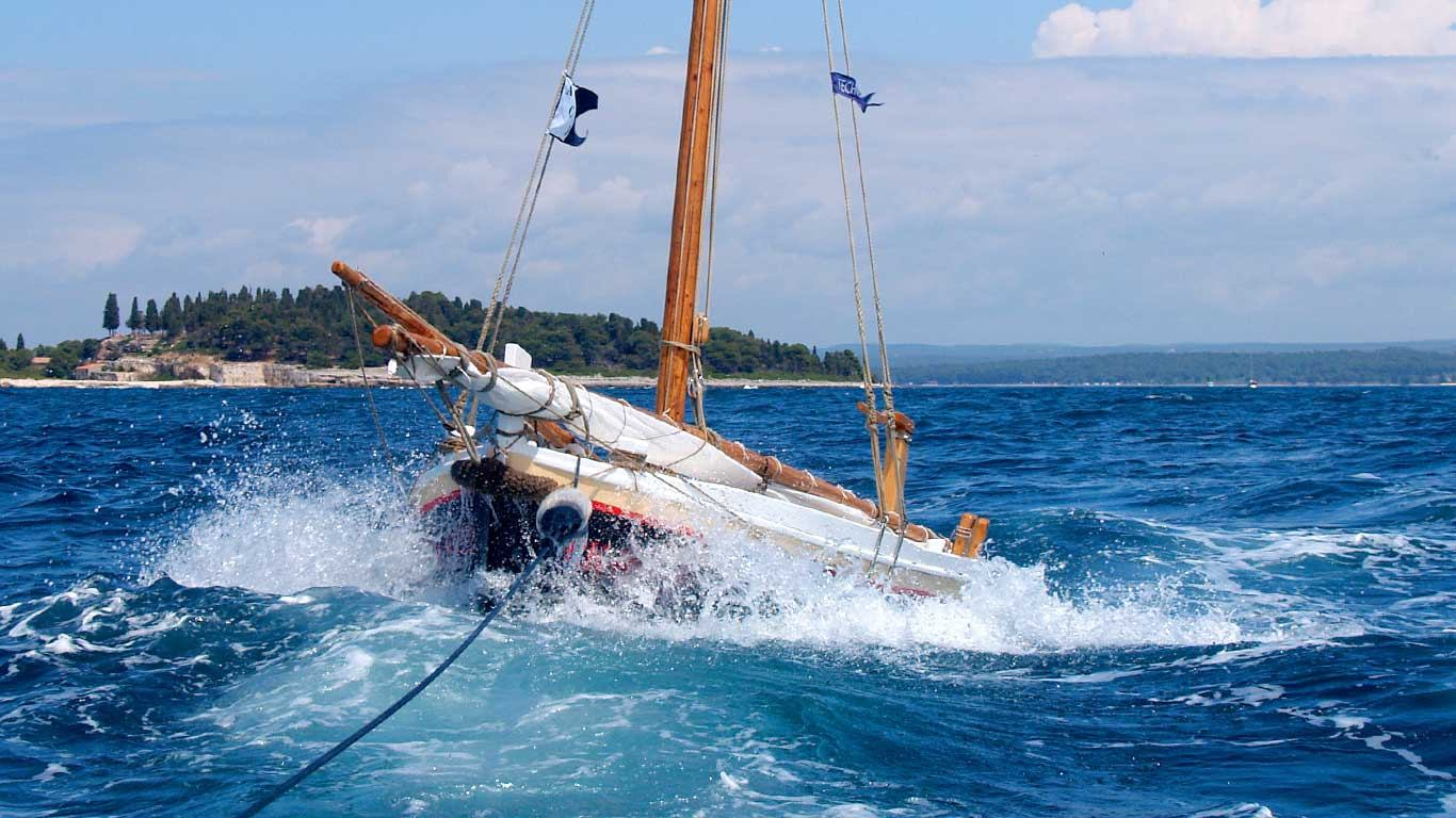 Kako postaviti brod u plovidbi na velikim valovima?