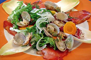 Salata od cikorije i pršuta sa čančicama i dagnjama